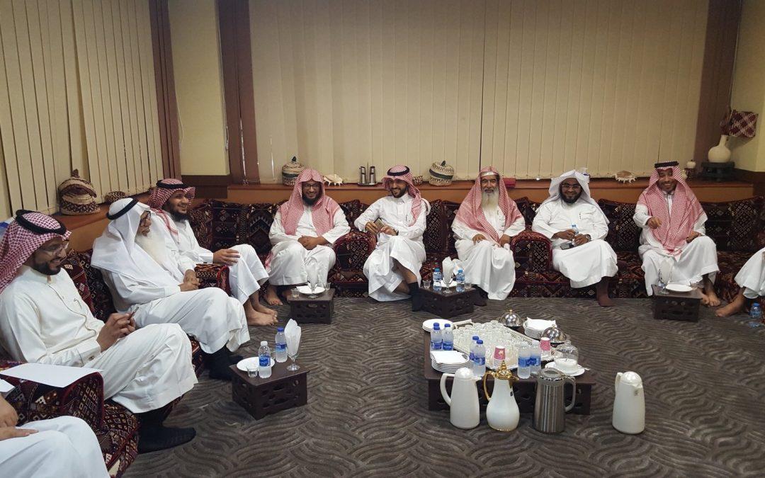 ملتقى أئمة وخطباء الحي بديوانية مطاعم الشروق، حضره لفيف من مشايخ ووجهاء الحي.